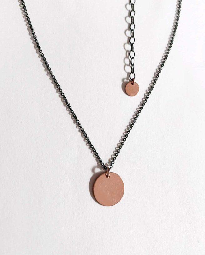 collier minimaliste noir et rose